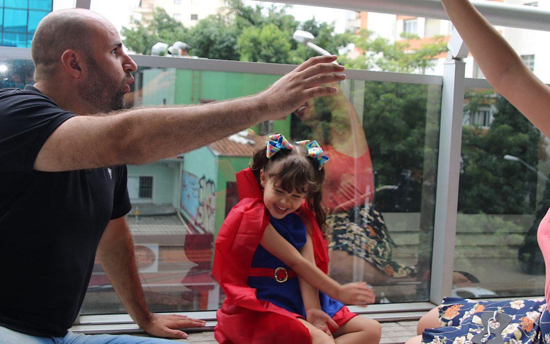 "Manuella, 4 anos: explorando a música e as brincadeiras de ""faz de conta"""