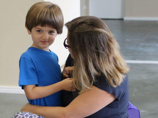menino autista Carlo com a mãe