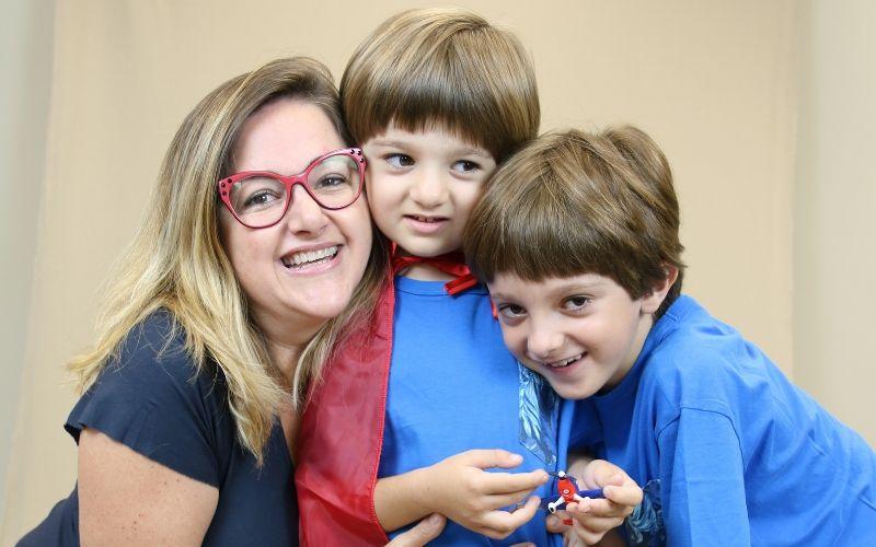 Menino autista Carlo com mãe e irmão