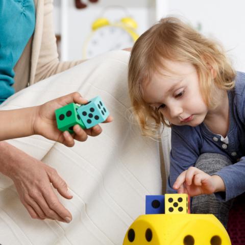 crianças autistas brincam com dados