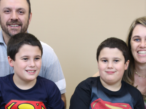 Irmãos autistas com os pais