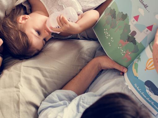 família lê livro infantil sobre autismo