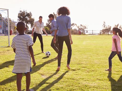 Famílias brincam com crianças autistas